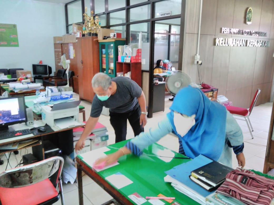 Kegiatan kebersihan lingkungan kantor Kelurahan Keparakan, 20-3-2020
