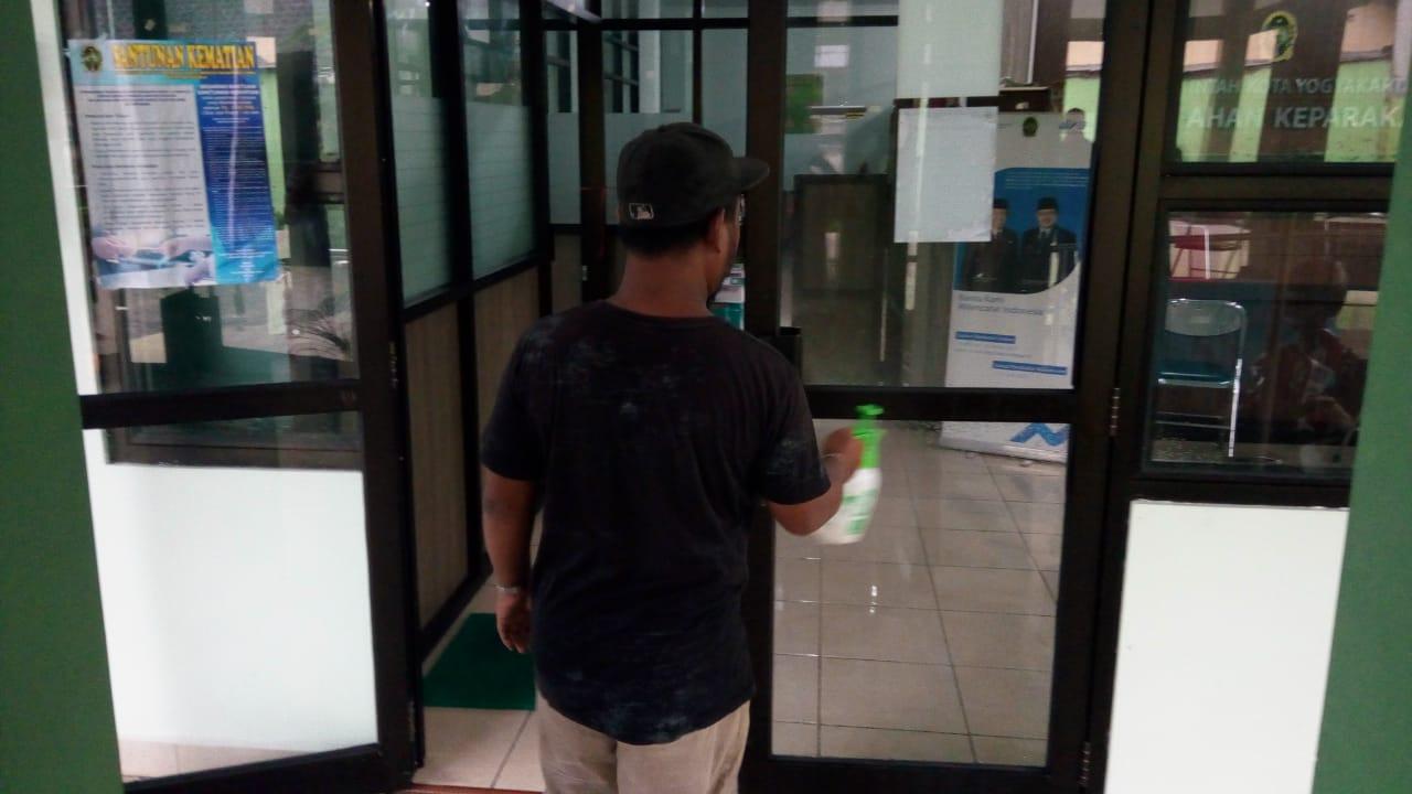 Penyemprotan disinfektan di Kantor Kelurahan Keparakan, 23-3-2020